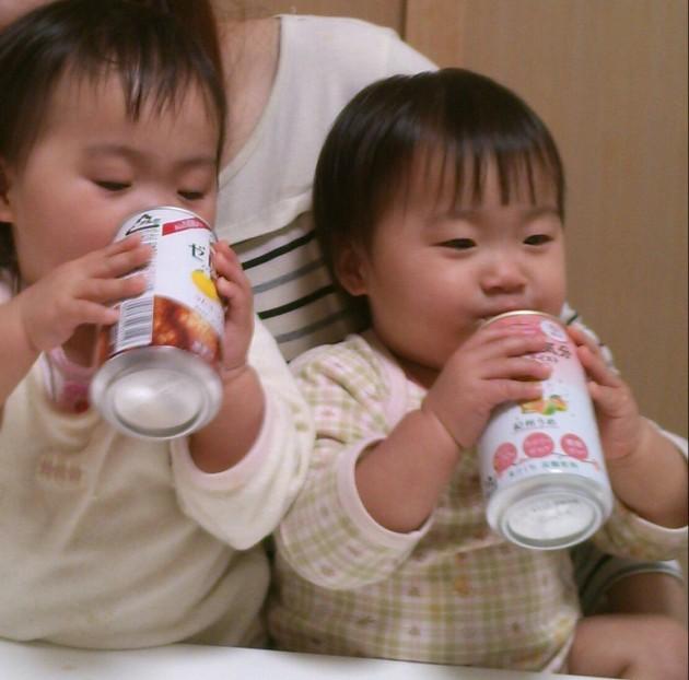 ノンアルコールカクテルを飲む娘