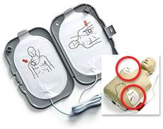 AEDパッドケースに入っているパッドを貼る