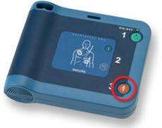 AEDのショックボタンを押す